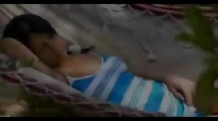 Versteckte Kamera filmt ein heißes Mädchen masturbiert