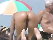 Sexy nackte Hintern der Frau am Strand gefilmt