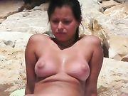 Eine nackte Frau auf Voyeur-Kamera gefilmt