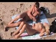 Strand sex video mit Amateur Paar auf Voyeur Kamera eingefangen