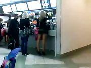 Mädchen mit Minirock in öffentlichen Ort gefilmt