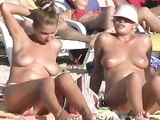 Nackte Mädchen am Strand