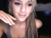 Eine niedliche blonde Mädchen erscheint nackt auf Webcam