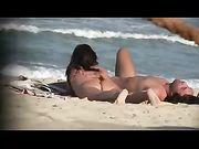 Nackte Frauen sind am Strand gefilmt