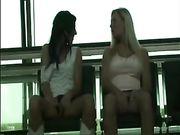 Zwei Mädchen sind in öffentlichen Ort berühren