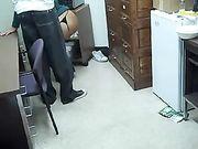 Frau saugt schwarzen Schwanz am Arbeitsplatz