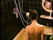 Frau ausspioniert in der Dusche