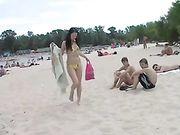 Nackte Mädchen auf einem öffentlichen Strand