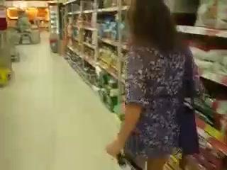 Nackt in einem Geschäft