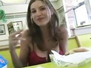 Ein nettes Mädchen zeigt Titten und Muschi in einem öffentlichen Restaurant