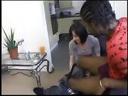 Eine süße Frau macht Sex mit einem schwarzen Mann