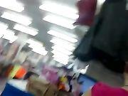 Eine sexy Mädchen in sehr engen Hosen ist auf einer versteckten Kamera gefilmt.