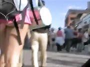 Versteckte Kamera ein Mädchen mit sehr kurzen Hosen zeigt Arsch
