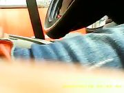 Ein Mann masturbiert im Auto, während eine Frau sieht ihn