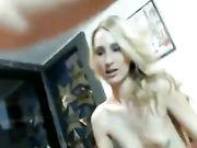 Sexy Mädchen mit blonden Haaren macht anal sex