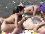 Sex am Strand mit zwei Frauen und ein Mann