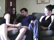 Ein Mädchen reibt Schwanz, während Freundin auf sie schaut