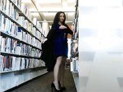 Mädchen ist nackt in der öffentlichen Bibliothek gefangen