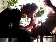 Frau macht einen Blowjob auf dem Balkon