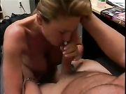 Nackte Frau macht einen Blowjob auf den Knien