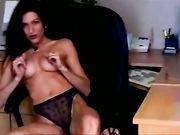 Sexy nackte Frau im Büro