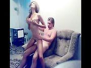 Eine sexy Freundin auf der Couch gefickt