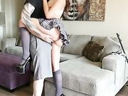 Blowjob und Sex auf der Couch mit der Freundin gekleidet als Schulmädchen