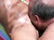 Ein Fremder leckt die Muschi meiner Frau am Strand und ejakuliert