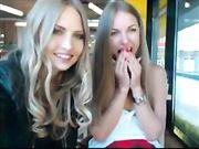 Zwei Mädchen zeigen ihre Titten an einem öffentlichen Ort