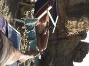Eine reife Frau oben ohne mit großen Titten am Strand