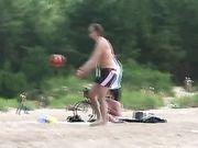 Sexy Mädchen in einem Minirock ist nackt am Strand