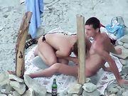 Blasen am Strand mit einem russischen Paar