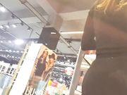 Video mit einer sexy Frau mit großem Arsch in engen Hosen in einem öffentlichen Laden