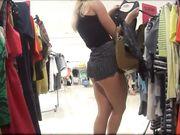 Eine versteckte Kamera im Laden mit einer sexy Frau in engen Shorts