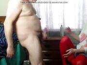Ein junges Mädchen hilft einem alten Mann zu masturbieren
