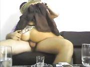 Sex auf der Couch mit einer reifen Frau