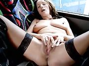 Frau masturbiert in einem öffentlichen Bus