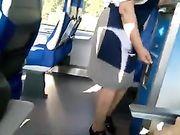 Amateur Blasen und Sperma im Mund in einem öffentlichen Zug
